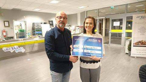 Leder Arild Kristensen delte ut stipend til bokser Madeleine Angelsen.