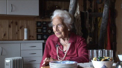 FORTELLER: Edith Blix Brevik ble nesten hundre år gammel. Hun forteller om hvordan det var å vokse opp i Son, og hvordan livet var som fiskerfrue både før og etter krigen.