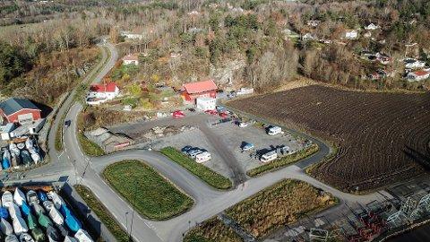 Parkeringsplassen på Ørajordet brukes til lagring av diverse båthengere og bobiler nå på høsten.