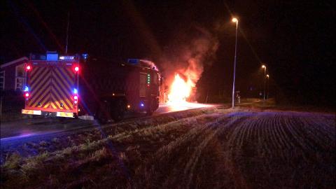 FULL FYR: Det begynte å brenne i en bil i nærheten av Garder kirke i Vestby torsdag ettermiddag.