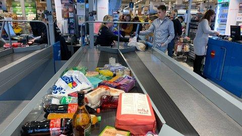 SPARER OG TAPER: Mange varer kan man spare på ved å kjøpe i Sverige. Andre kan man tape på, derfor lønner det seg å følge godt med.