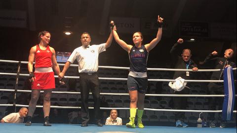 Endelig. For aller første gang kunne, Madeleine Angelsen, strekke begge hendene i været etter å ha slått den danske EU-mesteren. Da ble også hennes tidligere trener, Roald Rønstad ekstatisk. Se bare ytterst til høyre i ringen.