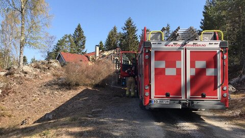 Brannvesenet var på plass ved boligen mandag formiddag.