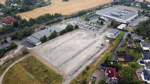 PARKERINGSPLASS: Den midlertidige parkeringsplassen som bygges på den tidligere idrettsbanen Vestby videregående skole, er trolig ferdig til 9. september. Sveip for å se flere bilder.