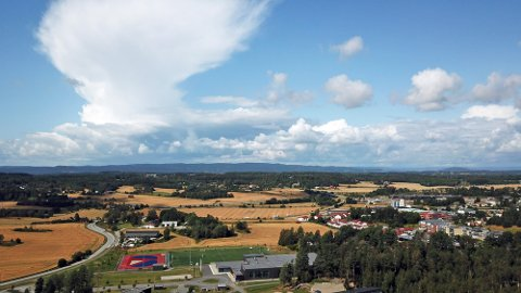 At Vestby er en stor kornprodusent ser man enkelt om man kommer litt opp i høyden. Sentrum blir svært liten i forhold til alle jordene i kommunen.