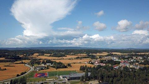 En tordensky over Vestby i fjor høst. Denne skyen var liten i forhold til hva som ventes torsdag ettermiddag.