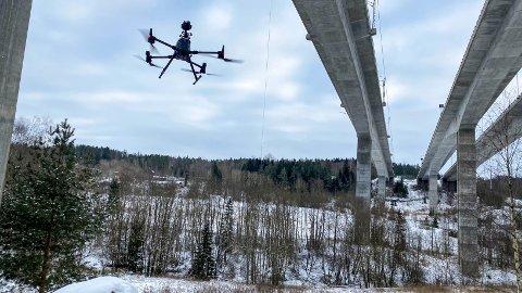 Bruingeniører på hjemmekontor kan sitte og følge med når bildene tas med drone i Hølen.