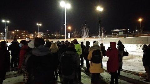 KAOS: Mange passasjerer måtte vente på busser etter at toget stoppet.