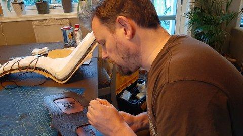 NITID ARBEID: Det startet som en hobby, men nå gjør Espen Goffeng hobbyen til delvis levebrød. Men å lage tingene han gjør er nitid arbeid.