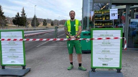 Butikksjef: Øyvind Sæle Larsen og Kiwi Ullerudlsetta får skryt for åpenheten etter at to ansatte har fått påvist covid-19.