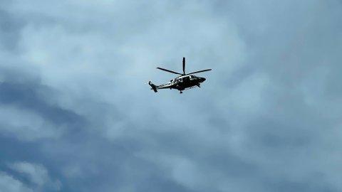 SØKER: Fredag formiddag søker et politihelikopter i mosseområdet etter en savnet mann.