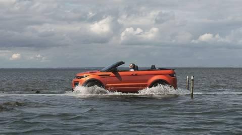 Terrengegenskapene er naturligvis som de skal være på en bil fra Land Rover-konsernet. Litt vann tåler den også.