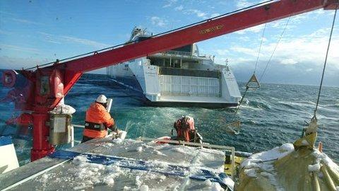 """STORE KREFTER: Det blåste 17 meter i sekundet, var rundt to meter sjø og fire kuldegrader da """"BB Connector"""" satte slep utenfor Oksøy ved Kristiansand."""