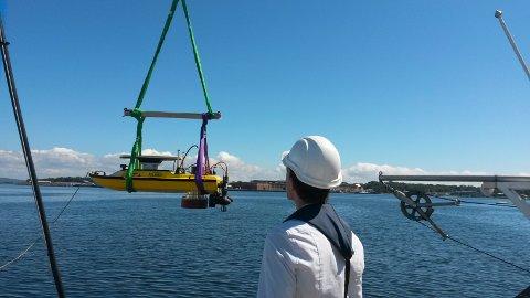TESTING: Peder Aaby og resten av gruppen sjøsetter prosjektet sitt for å testing. Båten skal bli et autonomt kartleggingsfartøy.