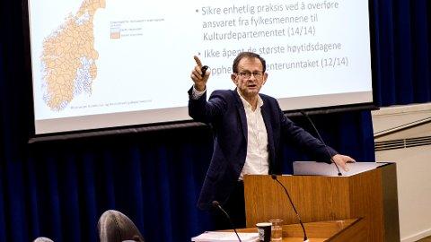 Erling Lae la fram rapporten fra det regjeringsoppnevnte søndagsutvalget. Foto: Sissel M. Rasmussen /ANB