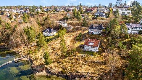 REGULERT FOR BOLIG: Tomten i Amundrødveien i Vestskogen er nylig regulert for to eneboliger eller en tomannsbolig. Tomten har 33 meter strandlinje mot Vestfjorden.
