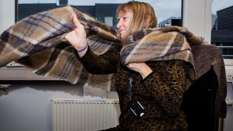 PÅ MED KLÆRNE: Det er bedre å ta på ekstra klær enn å ha det for varmt på kontoret, mener eksperter.