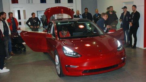 Tesla Model 3 er veldig snart klar til utlevering til norske kunder. De første bilene kommer i februar. Prisene starter i denne omgang på 464.000 kroner.