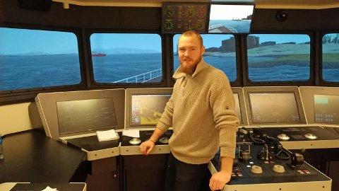 FORSKNING: Forskerne skal blant annet kartlegge hvordan mennesker og teknologi fungerer sammen i krevende situasjoner. Bildet viser nautikkstudent Martin Bakke i en skipsbrosimulator på USNs campus Vestfold.