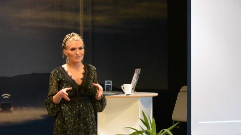 ØKE KVINNEANDELEN I LEDELSEN: Det Larvik-baserte telematikkselskapet ABAX AS inviterte gründer og foredragsholder Isabelle Ringnes til å holde et foredrag om hvordan man skal få flere kvinner inn i toppledelsen.