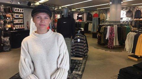 ØNSKER KUNDER VELKOMMEN: Ingvild Mathisen, daglig leder på Carlings, forteller at de er nøye på renholdet i klesbutikken, særlig i prøverømmene.