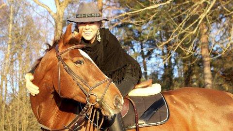 Perlevenner: Lisbeth Fure på hesteryggen i vakkert vintervær på Skiphelle for noen dager siden. Ideer og inspirasjon får hun på reiser og fra musikk, kunst, bøker, nettsteder eller bohemer hun møter på sin vei. Denne uka tilbringes på en strand i Mexico. Foto: Mariann Leines Dahle