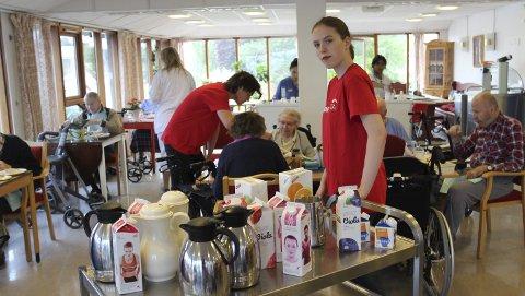 Serveringshjelp: Julie Finstad stortrives med å jobbe blant beboerne på Grande.