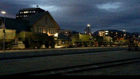 MILITÆRTOG: Det blir flere tog av denne typen på Rørosbanen den kommende tida. Her passerer en last med ulike kjøretøy Tynset stasjon i grålysningen.