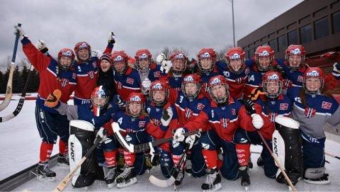JUBLET: Det norske kvinnelandslaget i bandy jublet for VM-bronse. FOTO: PRIVAT