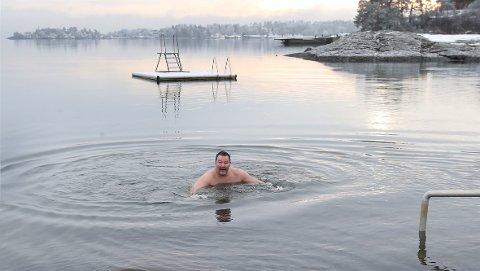 KALD FORNØYELSE: Espen Foss rakk et par svømmetak før han skyndte seg opp på land.