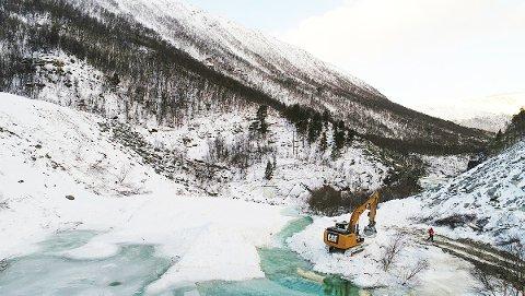 Vanngjennomstrømmingen i kanalen NVE har gravd i snøskredet i Driva, er stabil og demningen ligger i ro. Foto:NVE/Simon Oldani