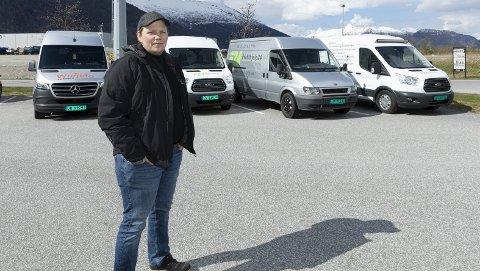 STILLE: Ole Marius Husby har fem biler i sine to firma, men kun en er ute på oppdrag.