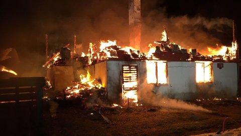 Slik så det ut da brannmannskapene ankom eneboligen på Bognes natt til onsdag.