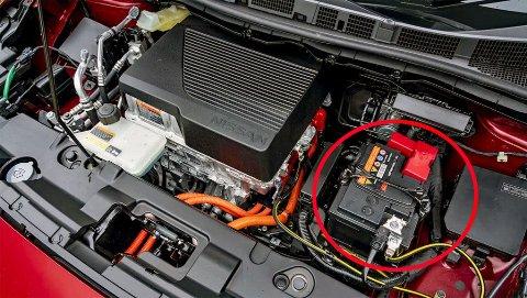 Jo da, også elbiler har et startbatteri – men det brukes ikke til å starte bilen med. Derimot til mye annet. Illustrasjonsbilde fra Nissan.