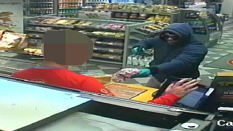 Her truer raneren til seg penger. Kjenner du ham igjen? Politiet er interessert i tips.