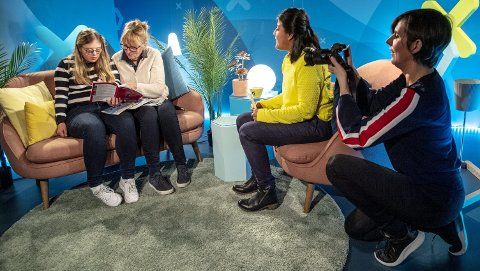 BRA STUDIO: Tonje Tynning (20) og forfatter Nina Skauge er gjester i studio hos Isabel Aanes i Bra Sending. Camilla tar           bilder som skal brukes i promoteringen i sosiale medier. ALLE FOTO: SKJALG EKELAND