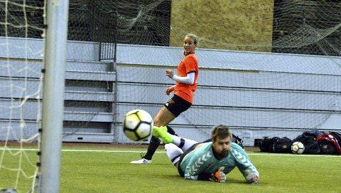 Imponerte: Marie Seim og Åsane-damene imponerte i BFK-cup. Hun mener styrke og hurtighet er den største forskjellen på å spille mot herrer og damer. – Fysisk var dette god trening. Vi måtte være ett steg foran og mer på hugget, mener Seim, som her scorer i kvartfinalen.Foto: Sindre Wiik