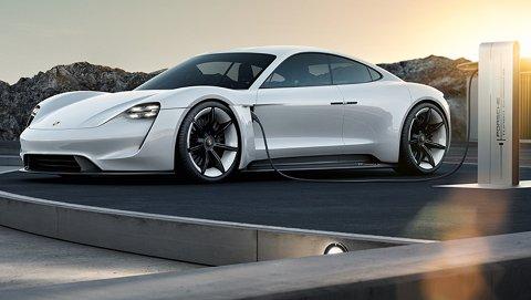 MILLIONER: Bergensere har lagt innpå syv millioner kroner på bordet i forhåndsbestilling av elektriske Porsche Tycan, som lanseres neste år. Tycan het Mission E i utviklingsfasen. Foto: Porsche