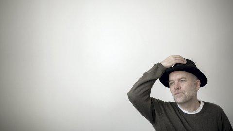 Henning Bergsvåg har en hatt på når han forbereder seg til familielivet og lykken, mens han må dra bort for å finne sitt dystre, selvødeleggende indre. Foto: Kai Flatekvål