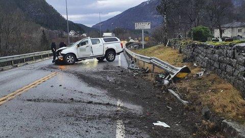 Hjulsporene tyder på at bilen har kjørt i grøften og autovernet, før den skjenet tilbake ut i veien.
