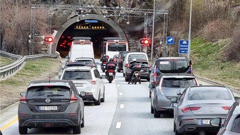 Glaskartunnelen ble stengt i fem minutter mandag morgen. Det førte til litt køer nordover mot Åsane. Inne i tunnelen måtte entreprenøren forholde seg til sjåfører som ikke respekterte verken bom eller røde lys.