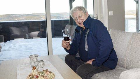 Mr. Geithus: Geithuspatrioten Henrik Solheim får ikke fullrost leiligheten han og kona har kjøpt i Melumenga Terrasse i Åmot. – Her i sofaen skal det bli godt å slappe av og nyte utsikten, sier Solheim.