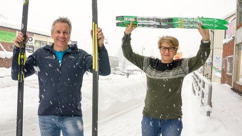 JUBLER FOR SNØ: Jens Erik og Marit Nygård hos Nygård Sport i Åmot jubler over all snøen som daler ned over Åmot og Midtfylket.