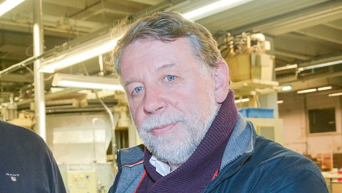 TØFT FOR TYRI: Jan Petter Krogstad og Hans Kristian Torgersen tenner et symbolsk lys for lysprodusenten Tyri. De to mener kommunen burde holde seg for god til å ha sugerør ned i kassa til lokale industribedrifter med presset økonomi.