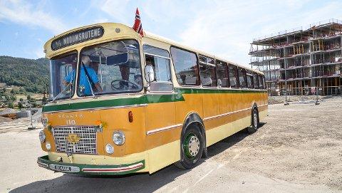 GAMMEL TRAVER: Det har skjedd mye siden denne Wendelborg-bussen rullet inn i Vikersund for første gang 20. juli 1968. Men jubilanten skinte som aldri før da den i finværet fredag svingte inn på busstomta i sentrum.