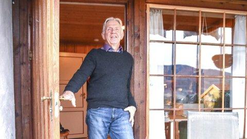 HJEMMEKONTOR: Ole Brunes har kontor i kjelleren i eget hjem på Vikejordet i Vikersund. Han har fire barn og (så langt) fire barnebarn og har nesten et par generasjoner med ledererfaring.