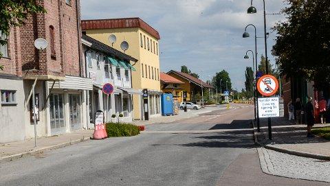 SKILT: Torsdag formiddag var det ene av de to farlige skiltene på fortauene i Vikersundgata fjernet.