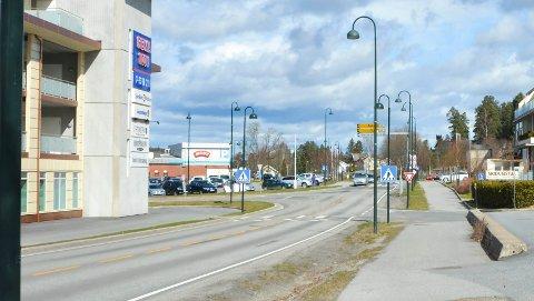 EIKERVEIEN: Fra rv. 35 fram til Engerkrysset i Åmot heter Eikerveien fortsatt fv. 287, men fra krysset og nordover har veien nå skiftet navn fra fv.144 til fv. 2832.