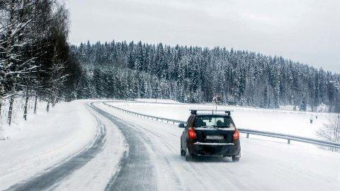 Den første snøen har falt flere steder i landet, og mer skal det bli. Da er det også på tide for mange å få på vinterdekkene.