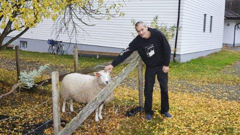 FRI MANN: Jan Terje Lofthaug viste rundt på på eiendommen til Hassel fengsel i Skotselv.